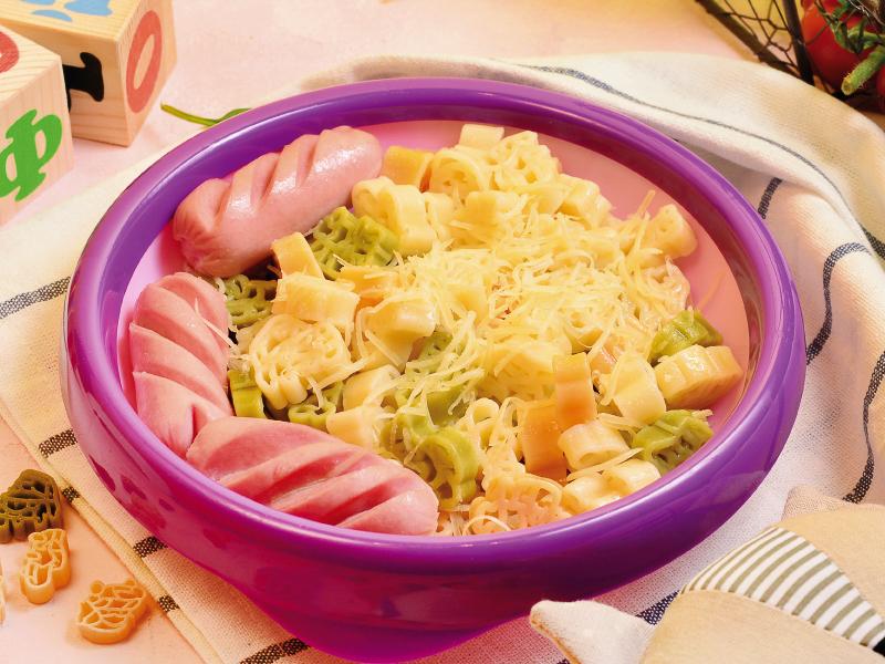 Цветные макарошки с сосисками и сыром