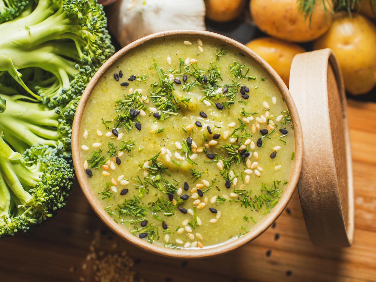 Суп-пюре из брокколи с топпингом