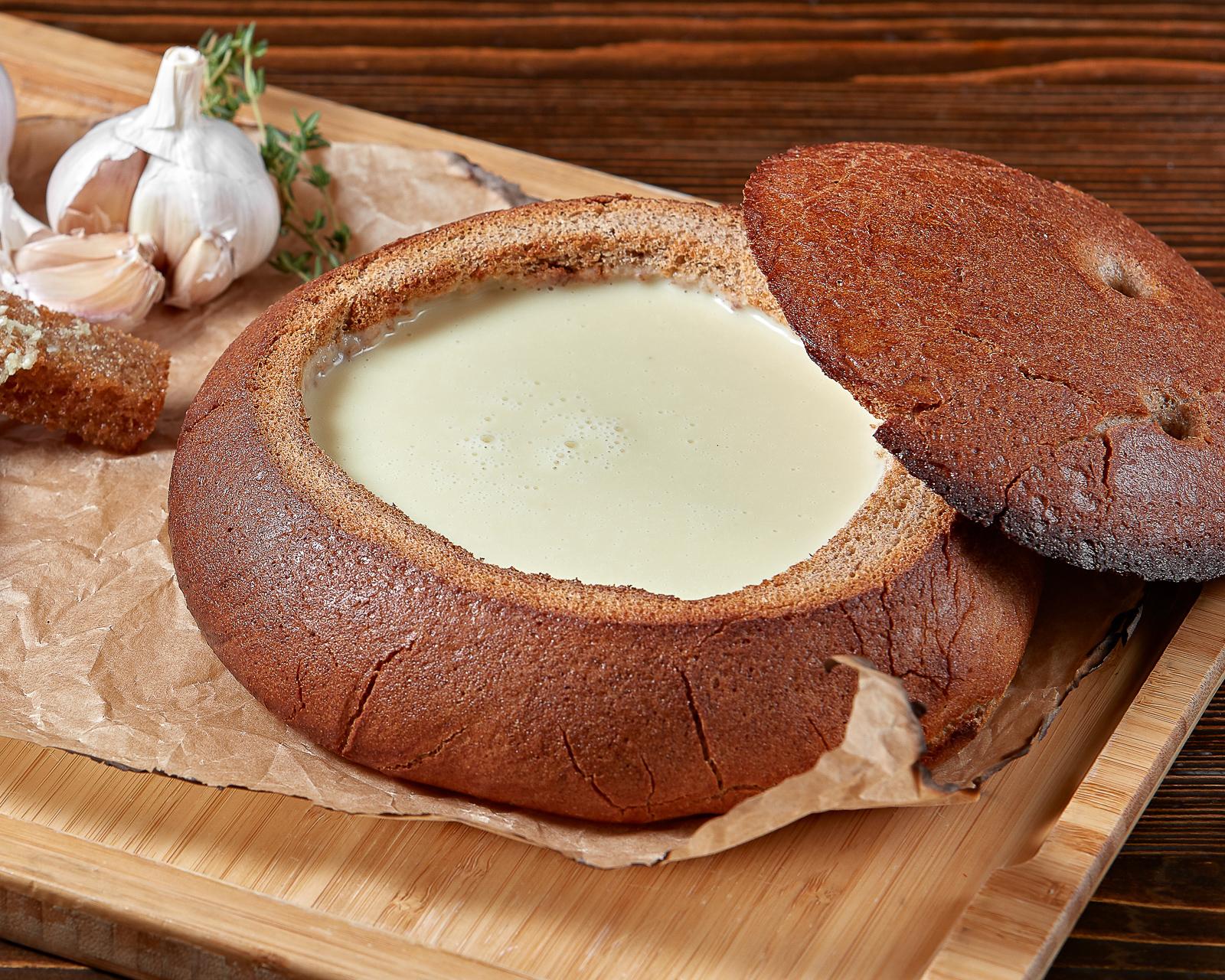 Чесночный крем-суп в хлебе