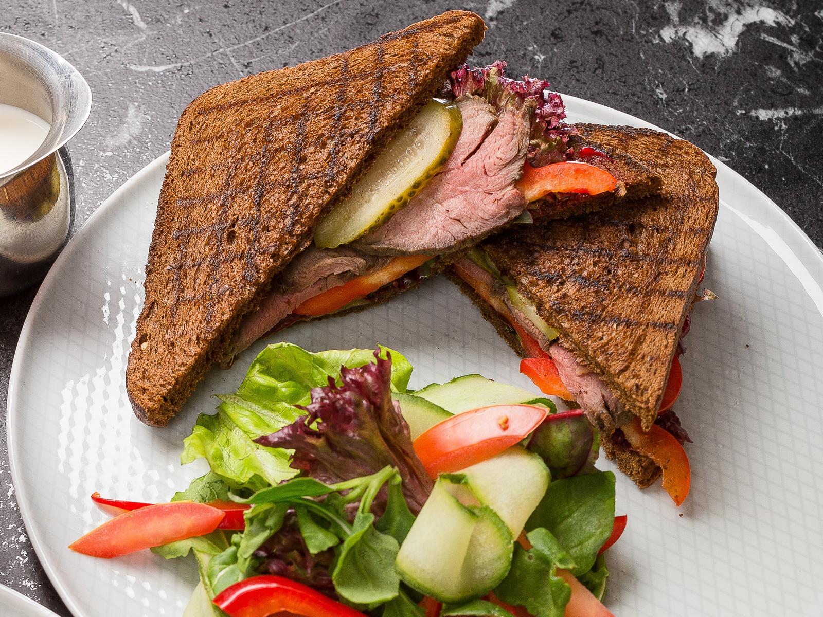 Сет с сэндвичем и овощным салатом