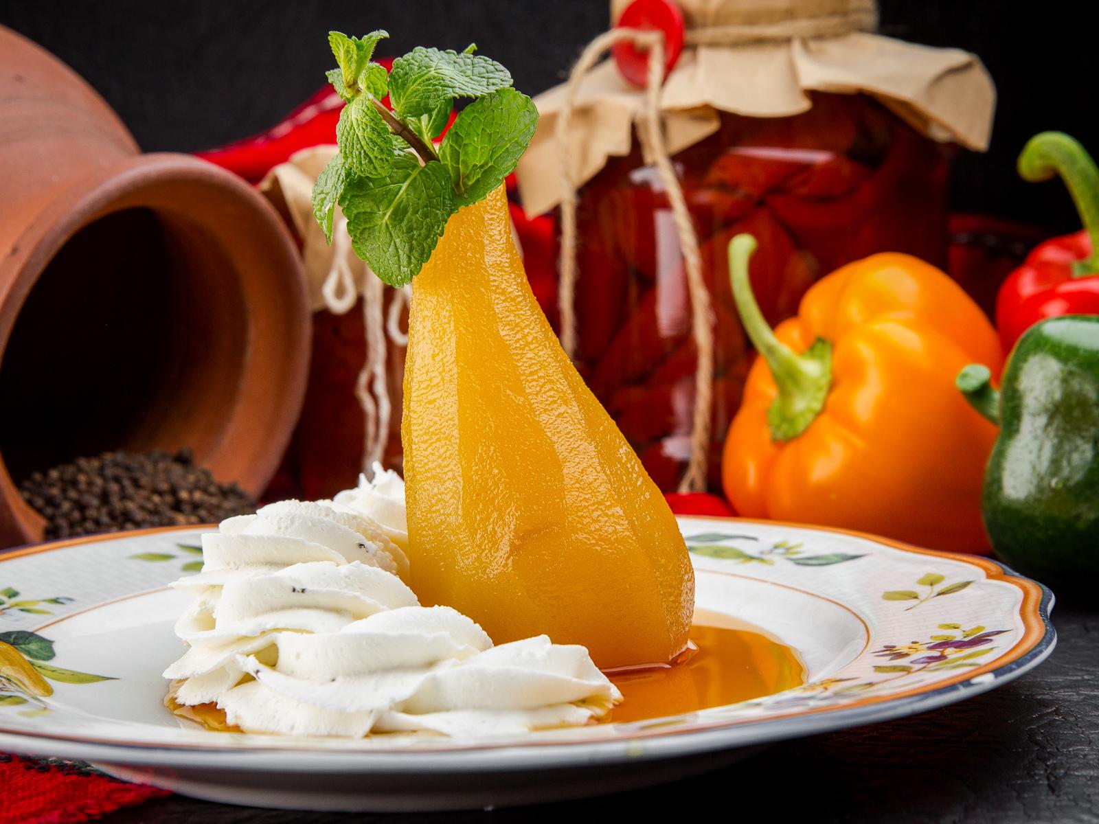 Десерт Круша с крема сирене и розмарин
