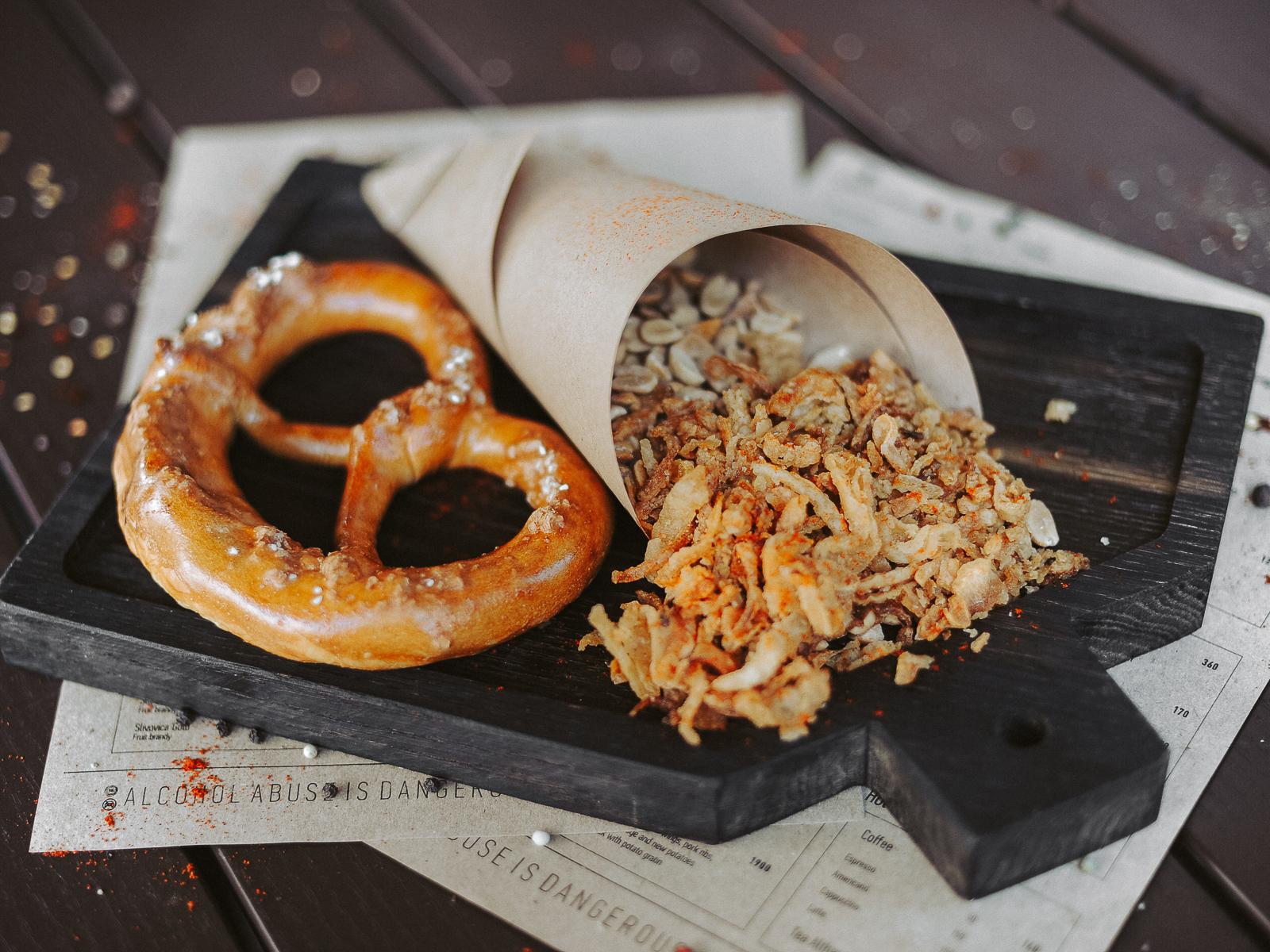 Жареный арахис и соленый прецлик