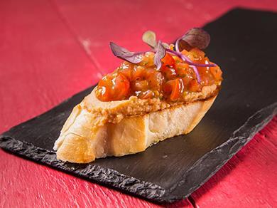 Пинчо с хумусом и томатами черри