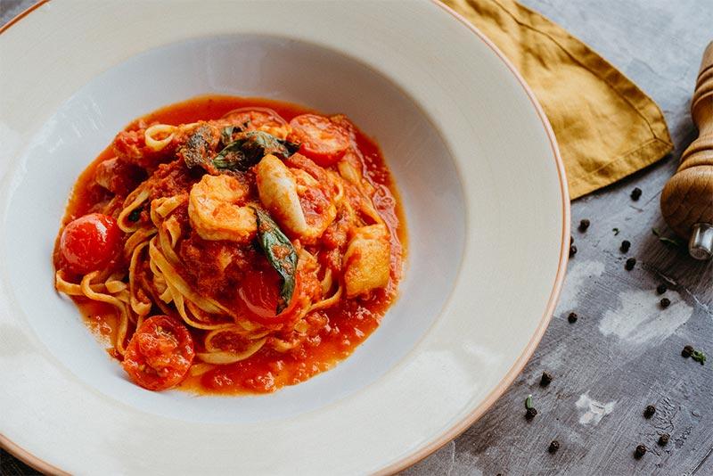 Тальятелле с морепродуктами в соусе из томатов
