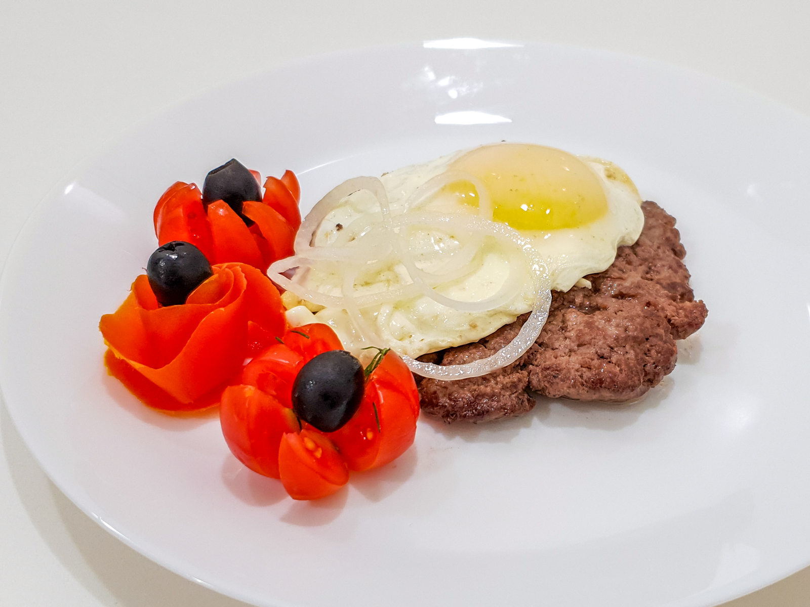 Бифштекс из говядины с яйцом