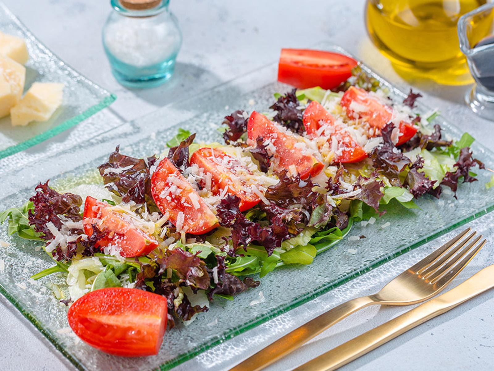 Зеленый салат с томатами и пармезаном