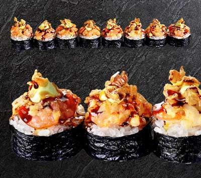 Запеченный ролл с копченым лососем и креветкой васаби