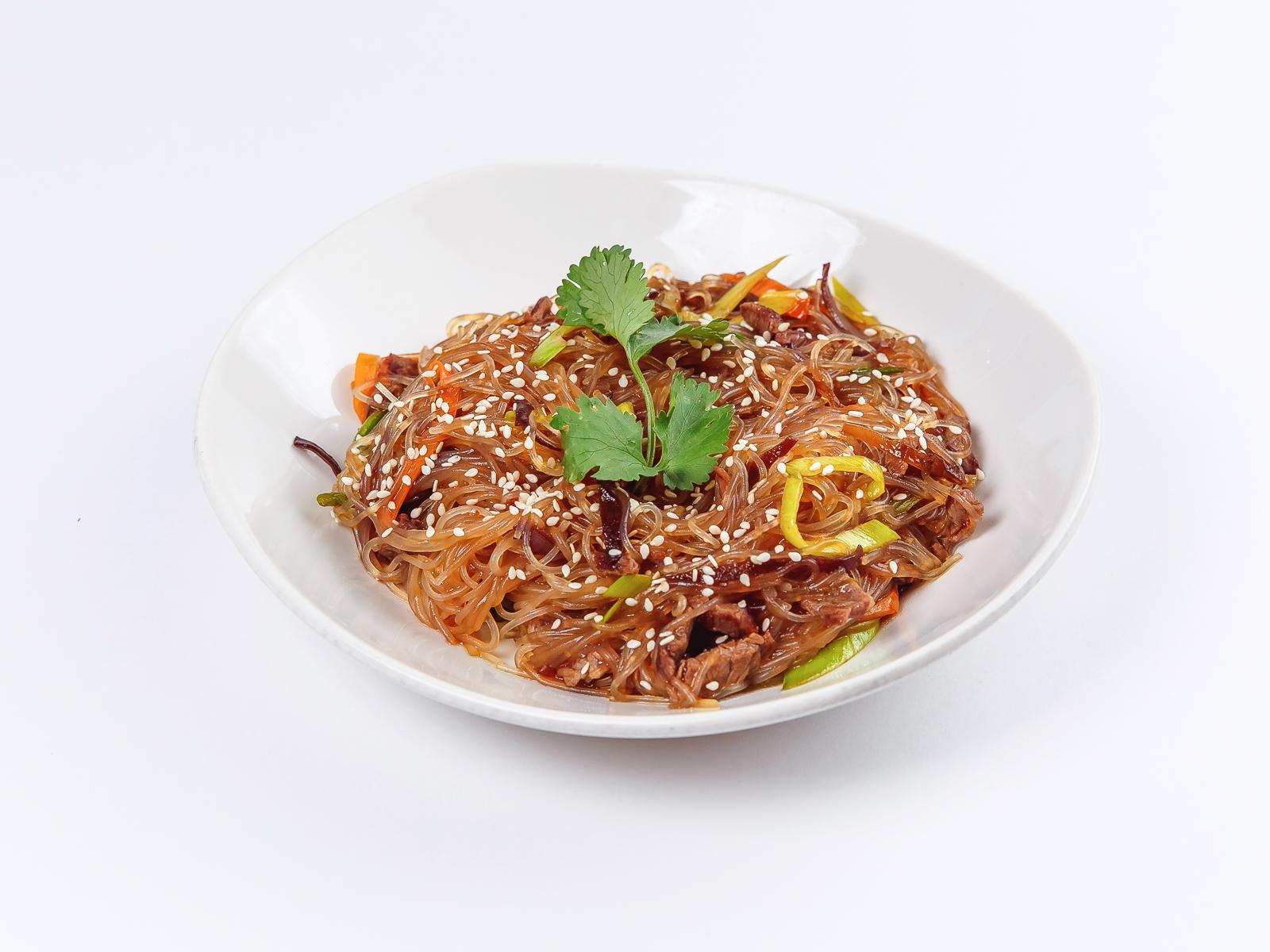 Рисовая лапша с лососем и кальмаром