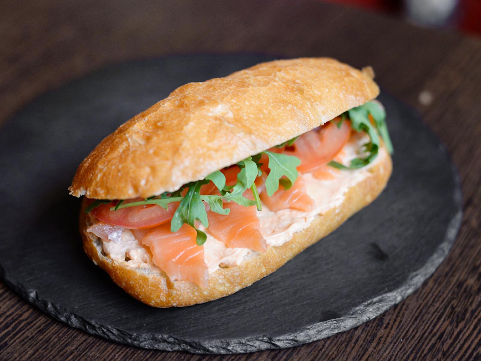 Сендвич на чиабате с лососем