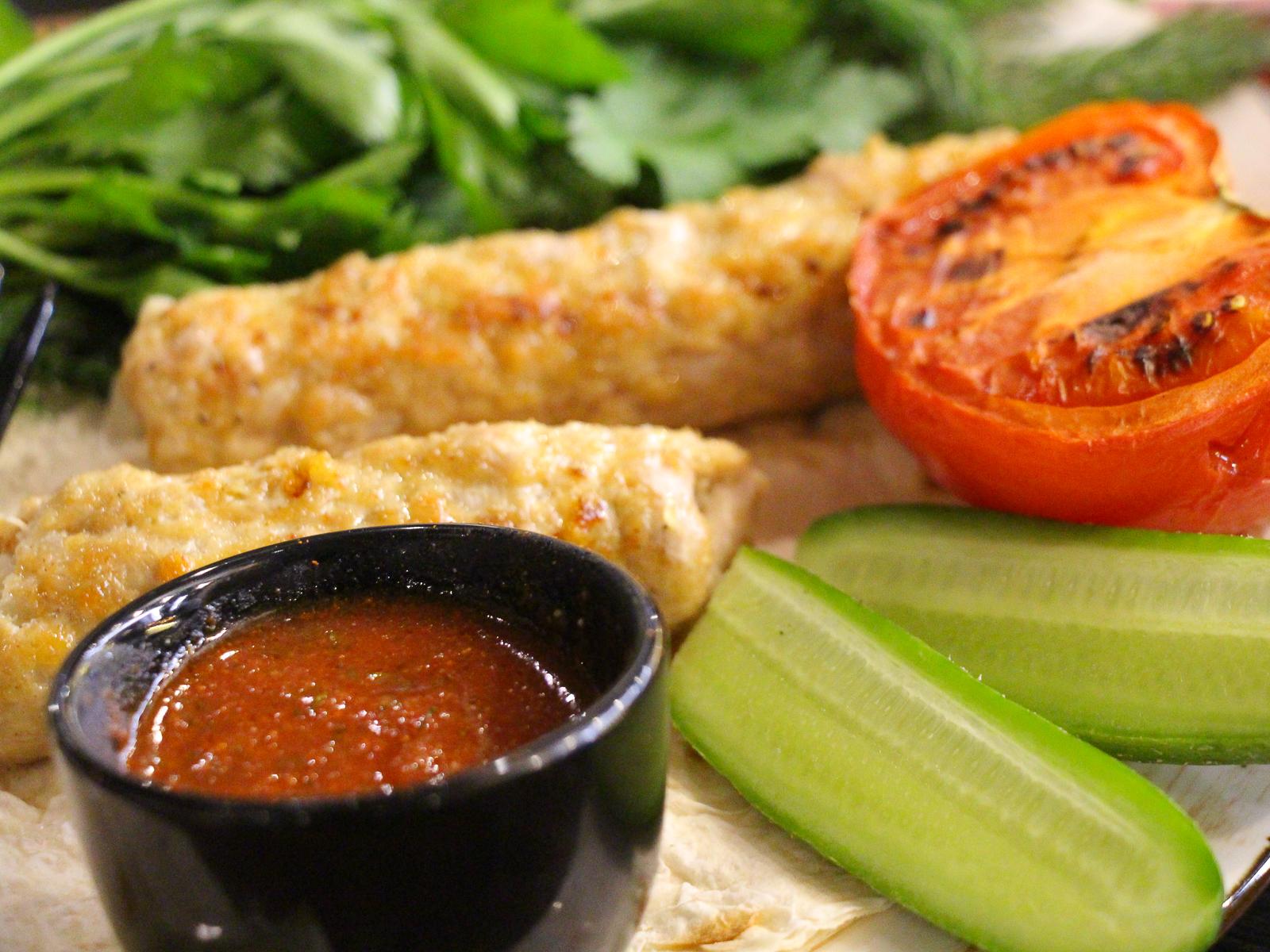 Люля из курицы с овощами  и соусом