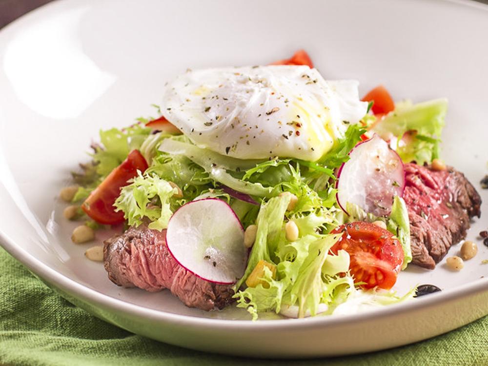 Салат с ростбифом и яйцом-пашот