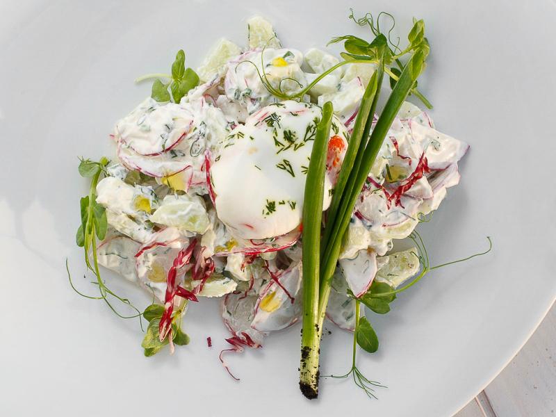 Деревенский салат со сметаной и яйцом пашот
