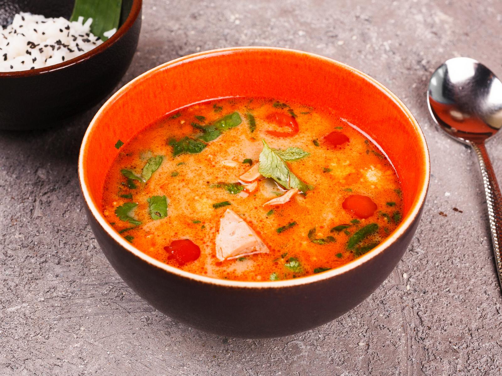 Суп Том кха с морепродуктами и цыпленком