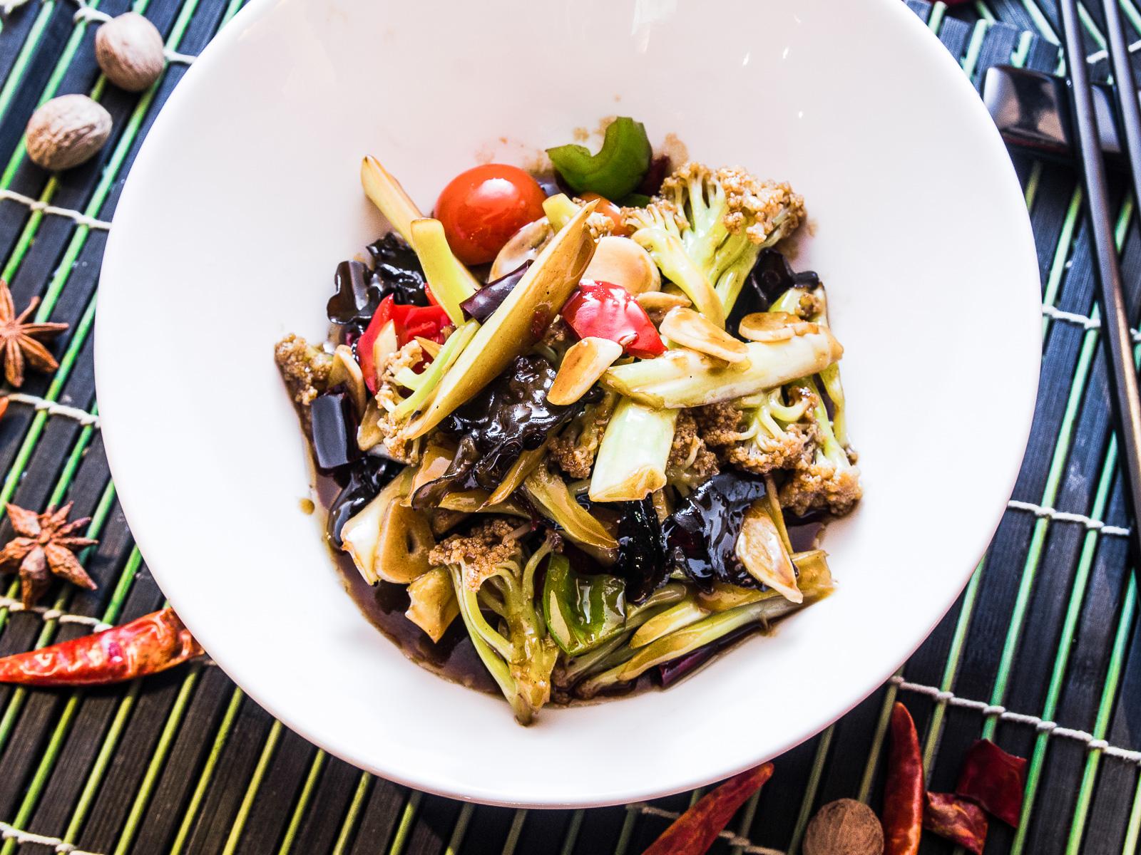 Цветная капуста с овощами в соусе
