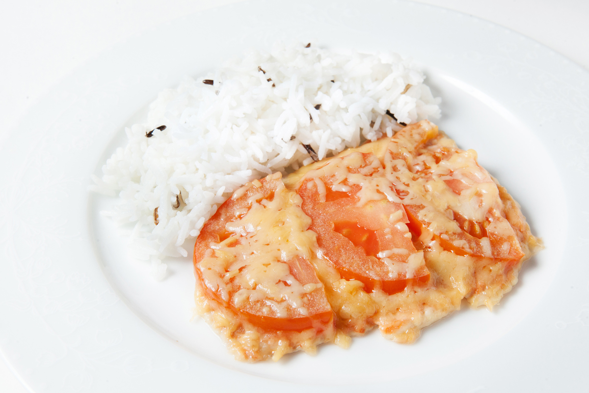 Куриное филе запеченное с помидорами и рисом
