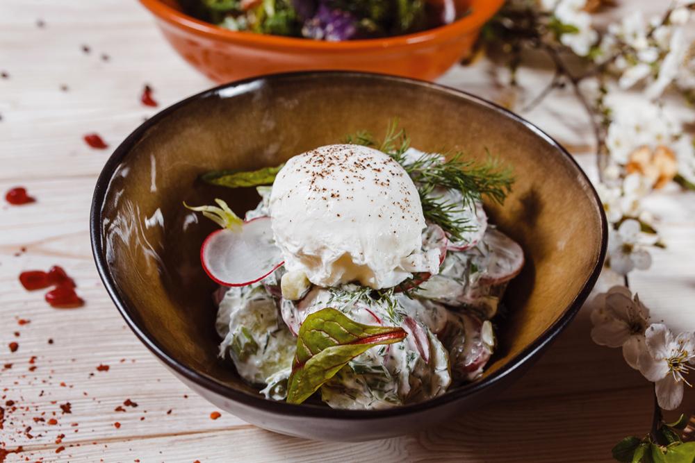 Салат с редисом, огурцом и яйцом пашот