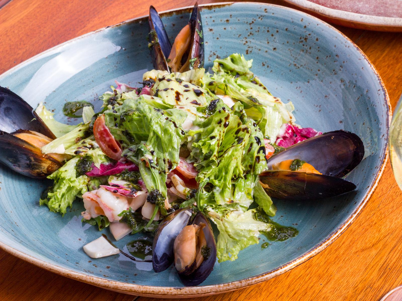 Салат с морепродуктами и миксом салатов