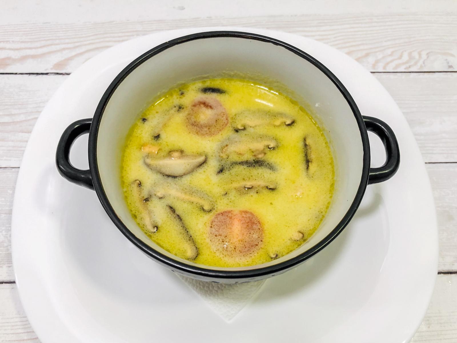 Острый лимонный суп Том кха кунг