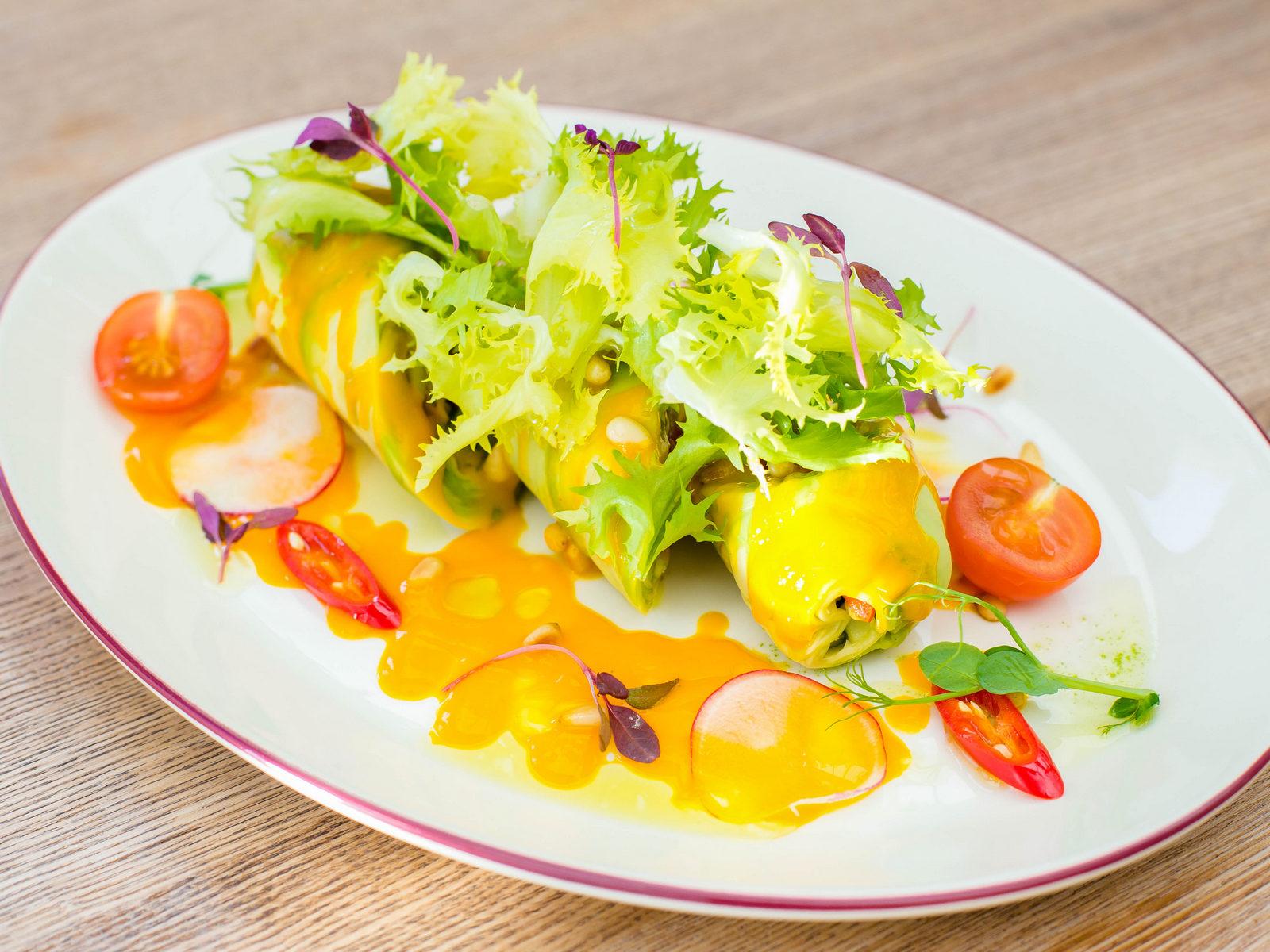Ролл из авокадо с овощами и соусом манго