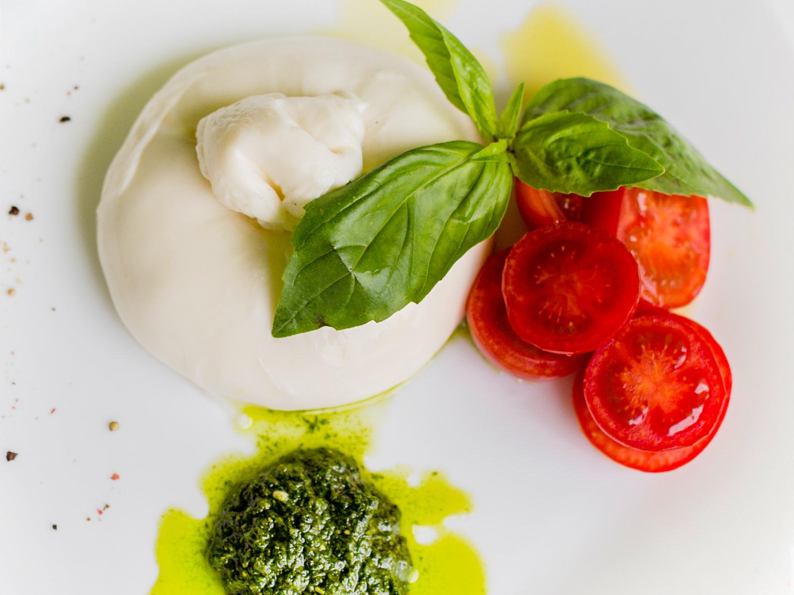 Буррата с помидорами и базиликом