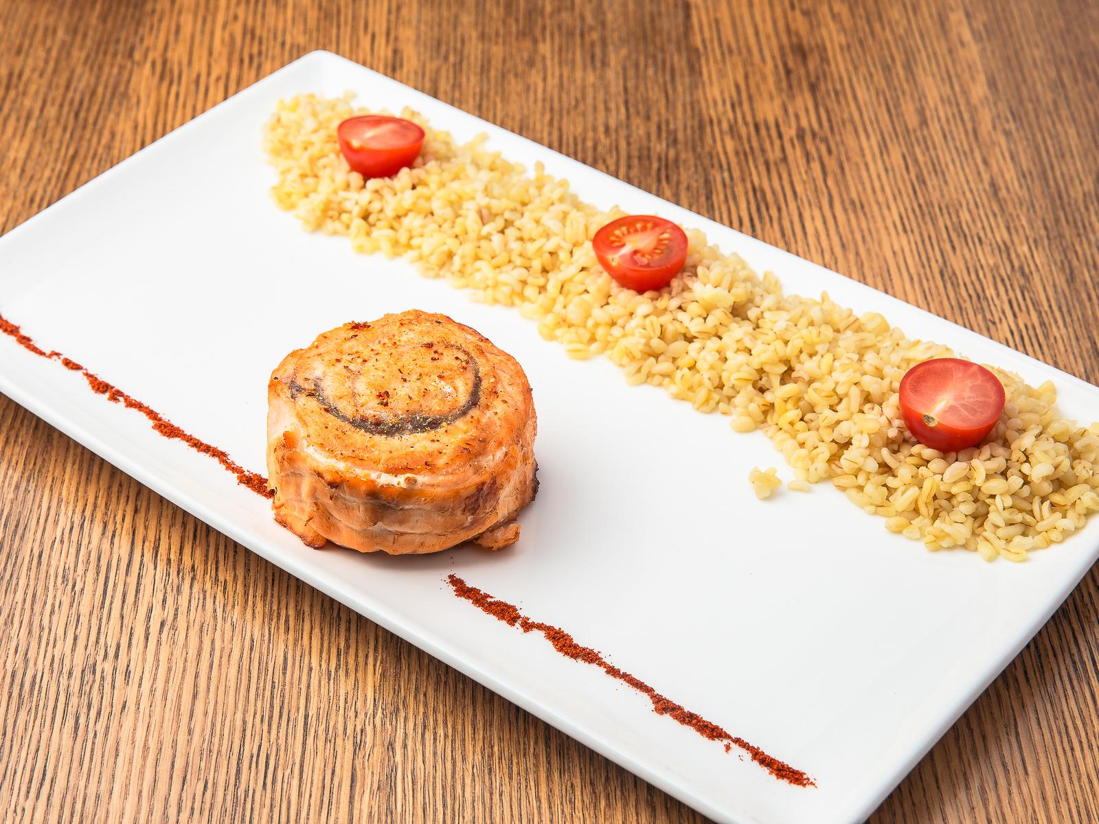 Филе миньон из сёмги с булгуром и томатами черри