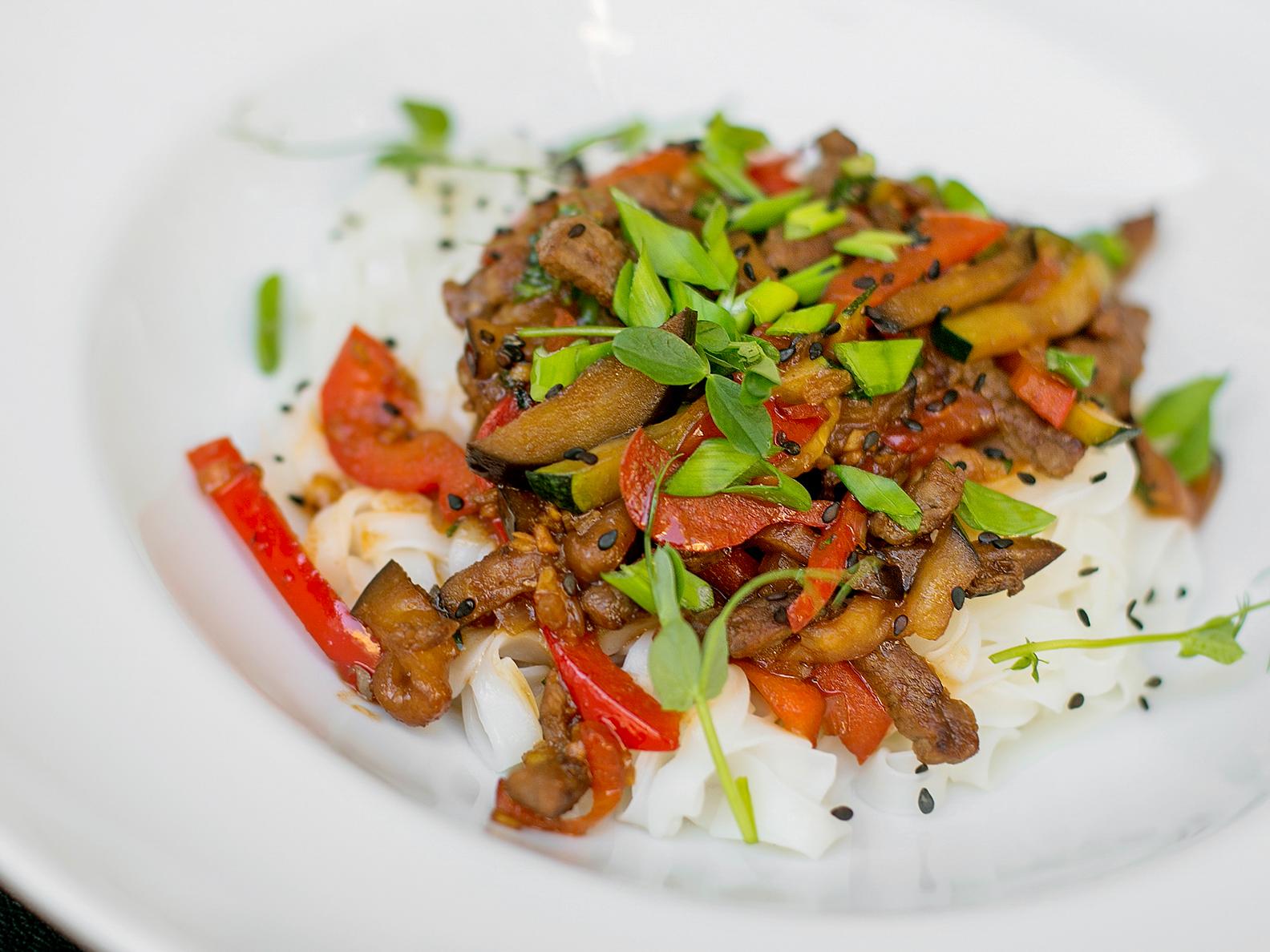 Говядина с овощами и рисовой лапшой