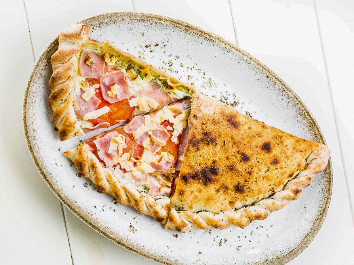 Пицца Кальцоне с беконом и салями