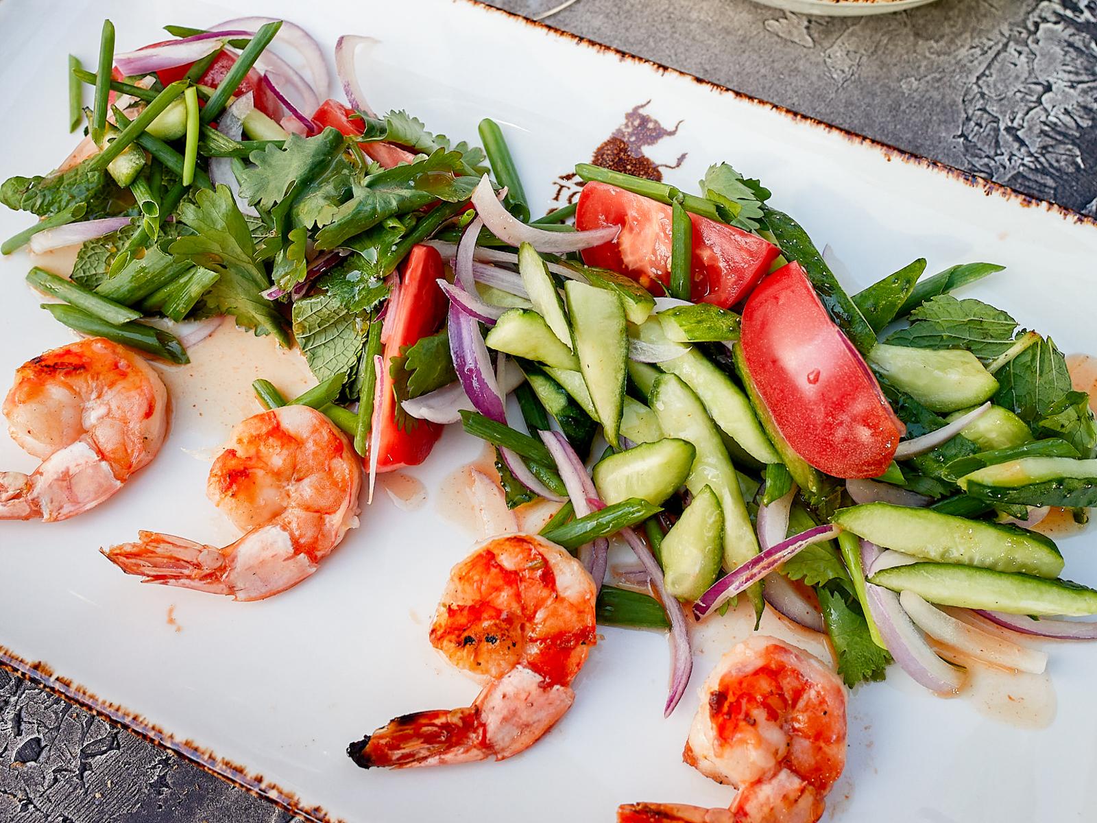 Острый тайский салат с креветками