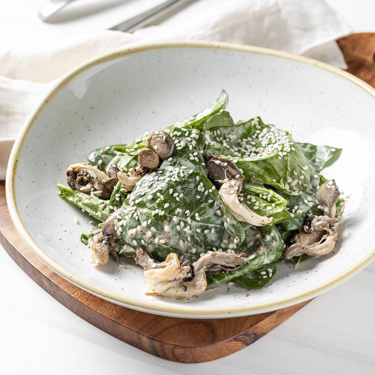 Салат с вешенками и шпинатом