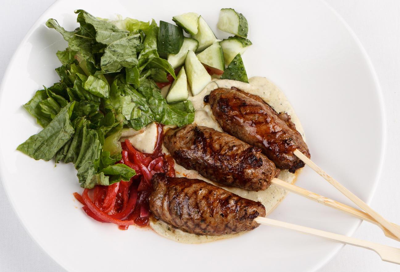 Кебабы из бараниныс зеленым салатом и схугом