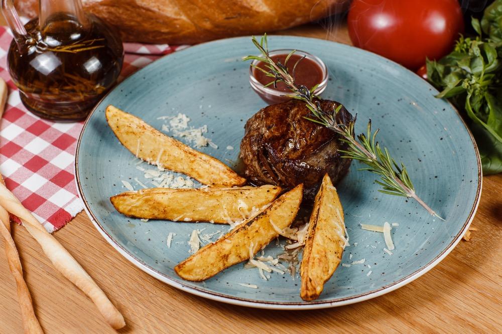 Стейк из телятины с запеченным картофелем