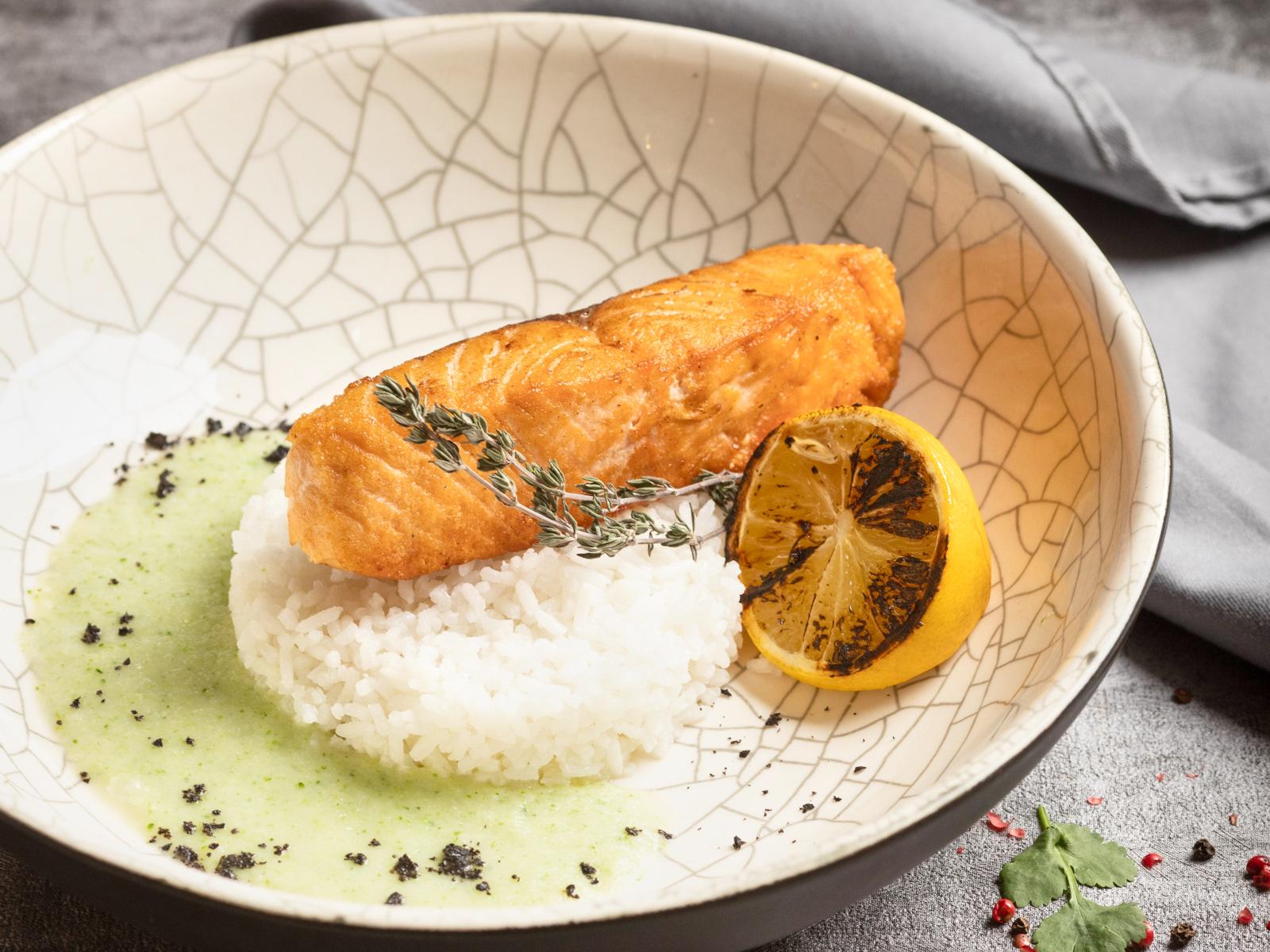 Стейк лосося с кремом из цветной капусты и жасминовым рисо