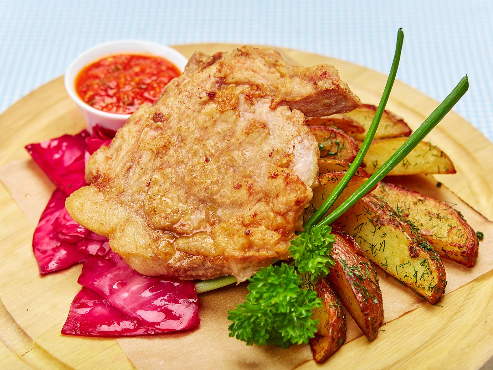 Свинина на кости в кляре с картофелем по-деревенски и маринованной капустой