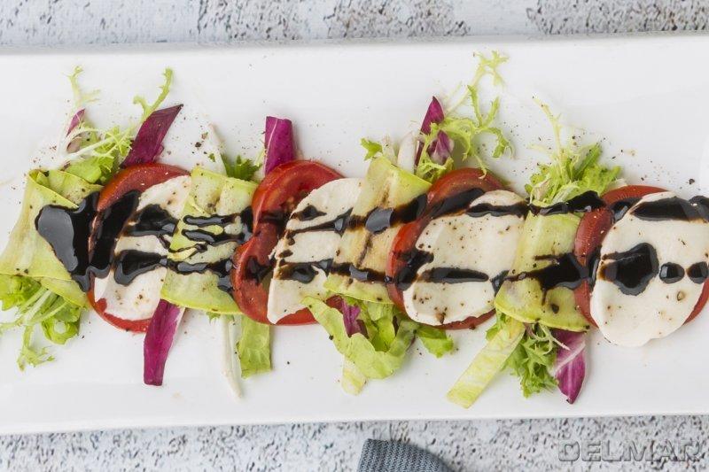 Моцарелла с рулетами из кабачков и листьев салата