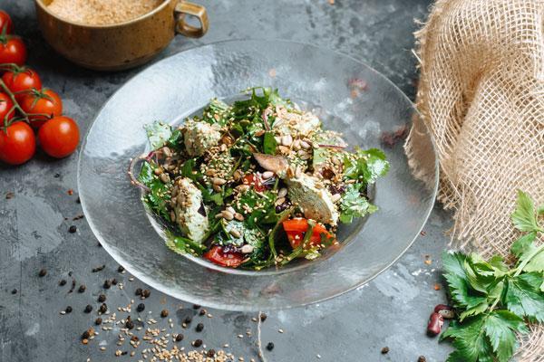 Салат с овощами и надуги