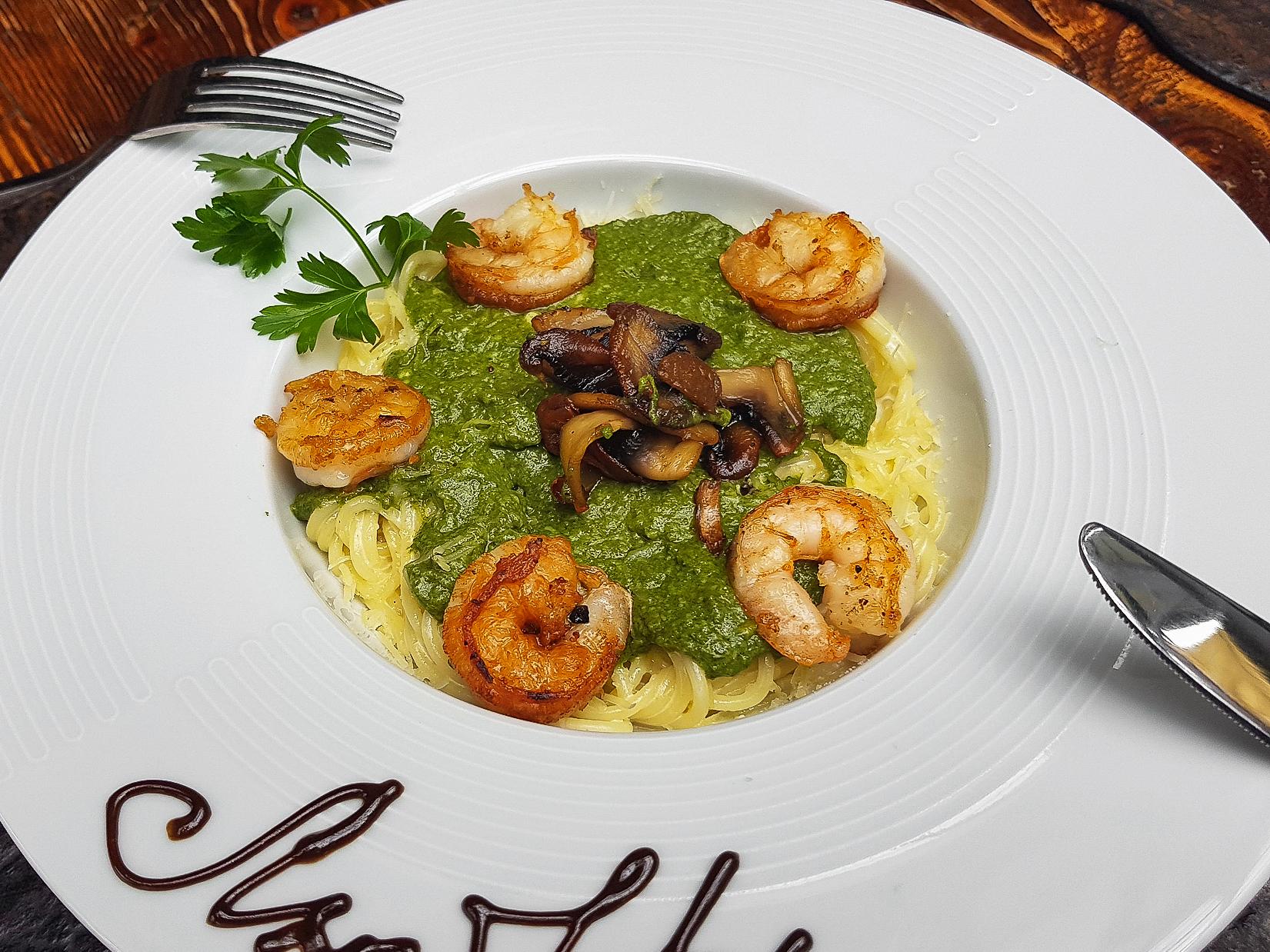 Спагетти со шпинатом, креветками и грибами