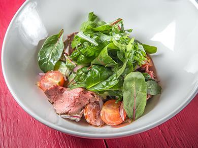 Салат с ростбифом, черри и кинзой