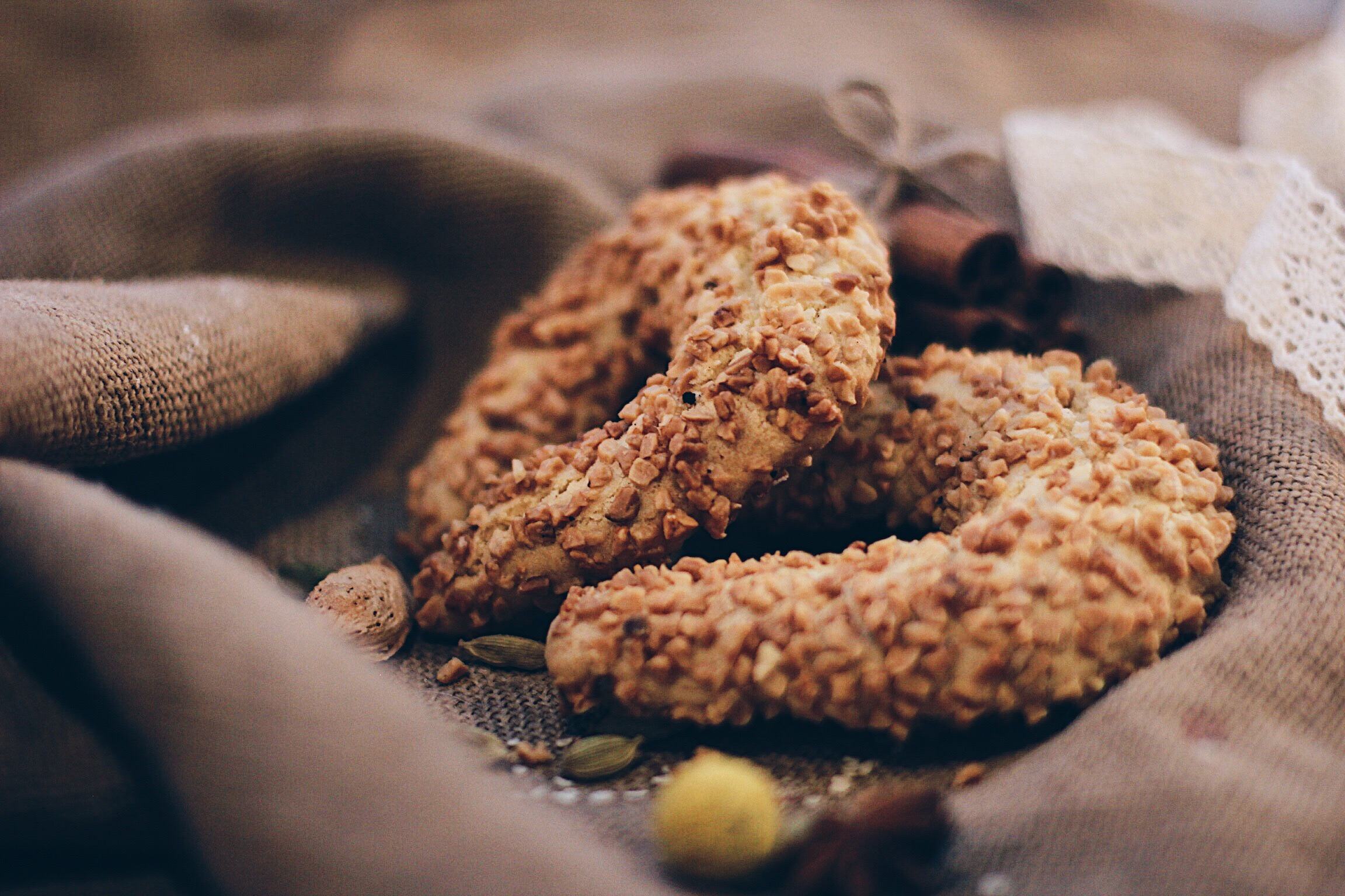 Песочное печенье Подковка с орехом