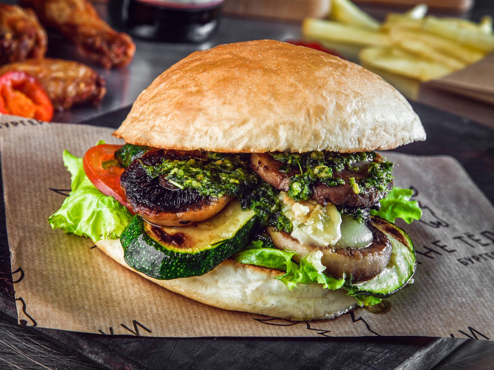Бургер с овощами гриль