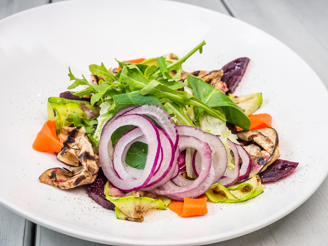 Салат из овощей гриль на решетке