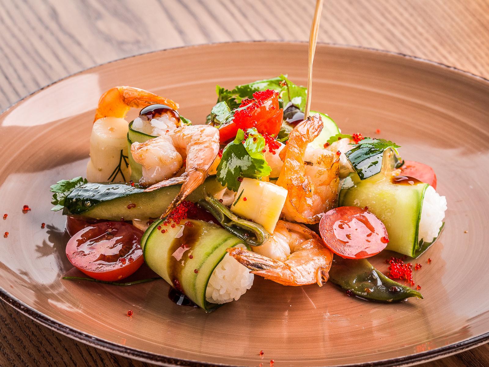 Салат с жареными креветками