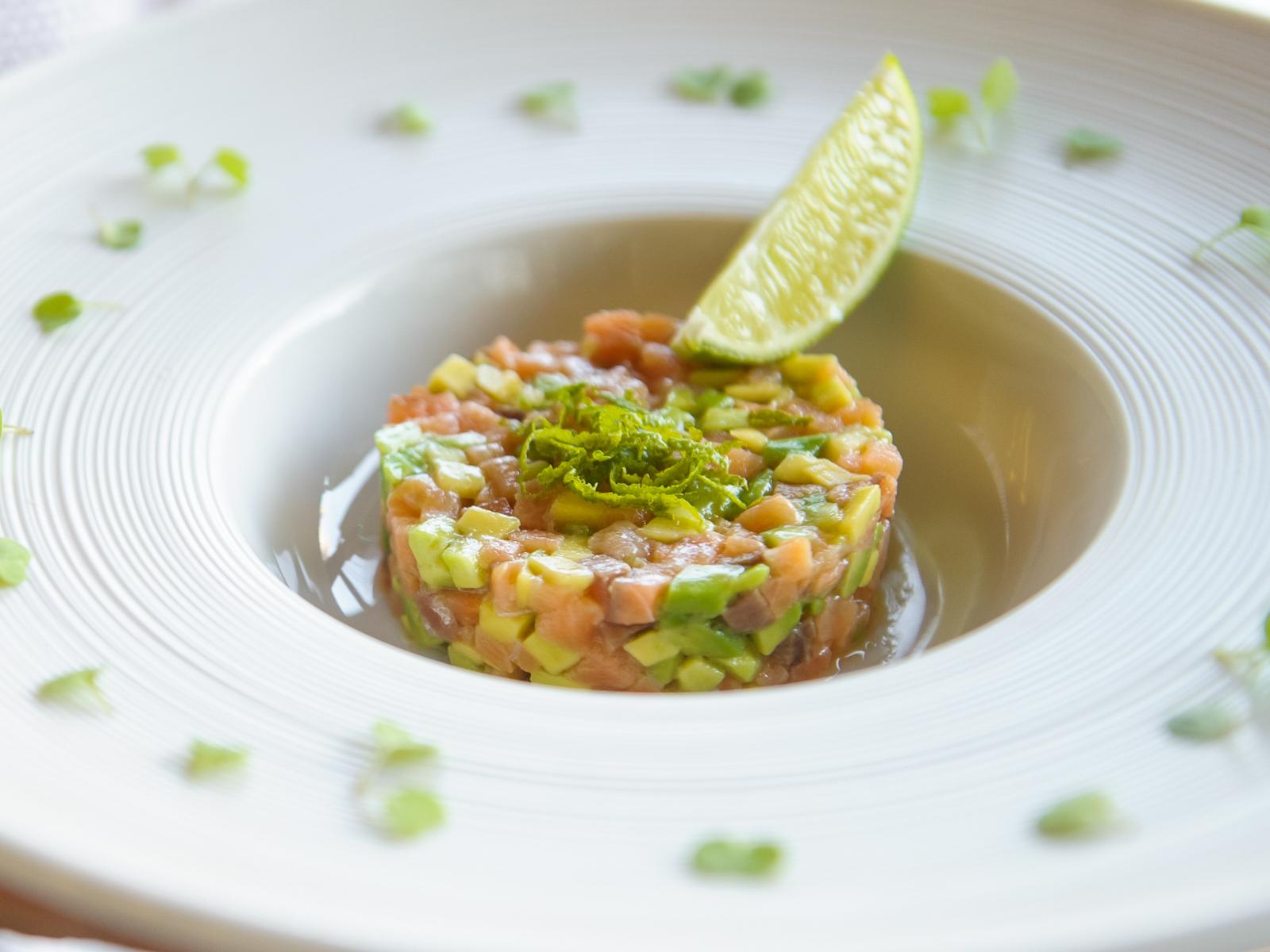 Тартар из слабосоленого лосося  c авокадо