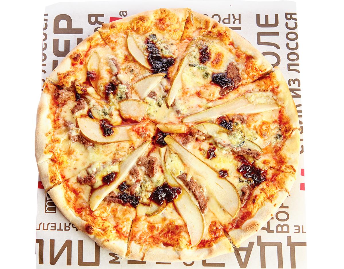 Пицца с говядиной, грушей и пикантным сыром