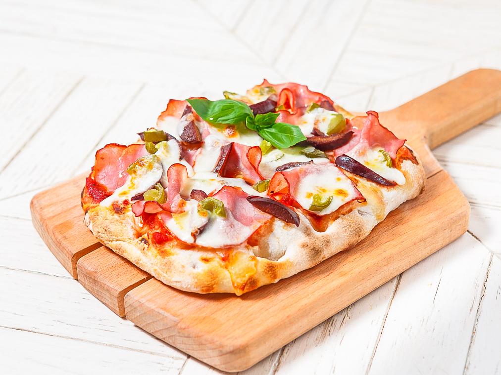 Пицца с говядиной и сливой