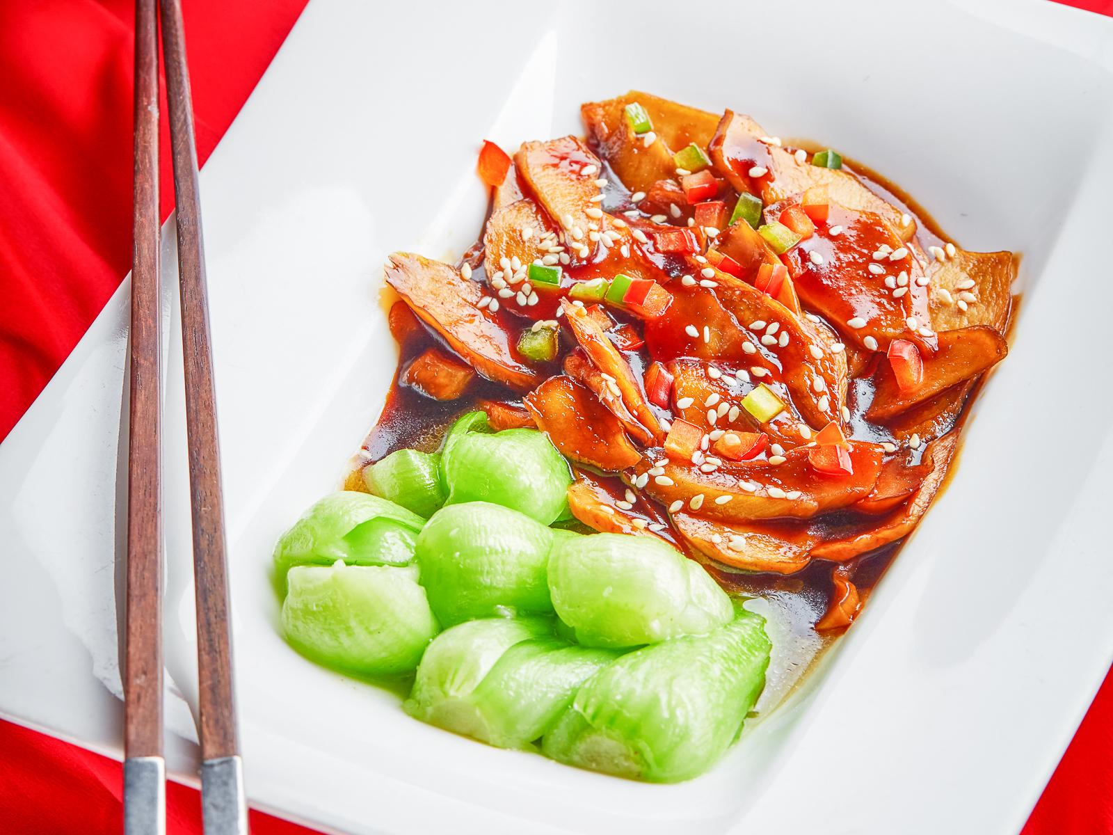 Жареные грибы Синь бао с салатом Пок чой