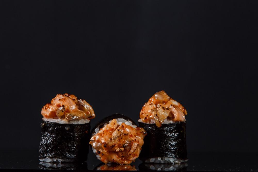 Запечённый ролл с лососем, угрем и креветкой