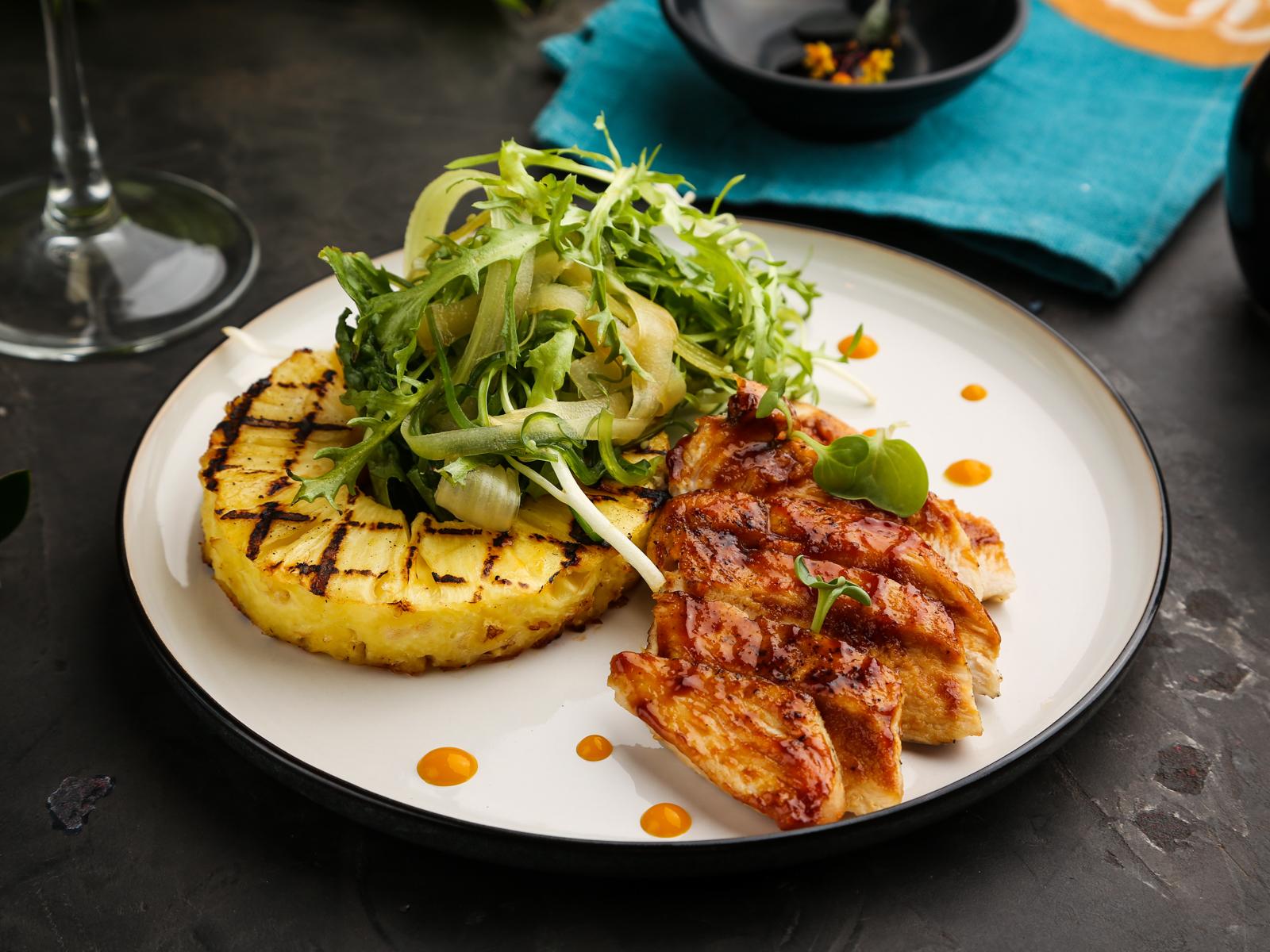 Теплый салат с грудкой цыпленка и ананасом гриль