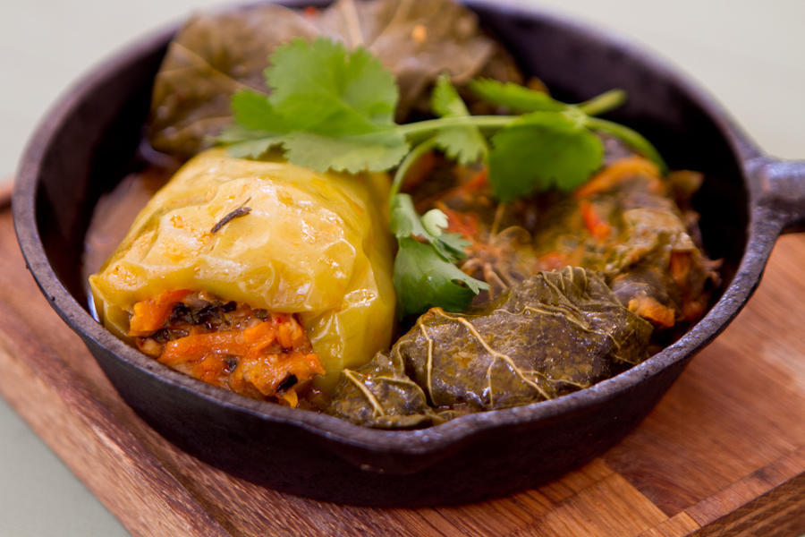 Овощная сарма: виноградный лист, перец с рисом и зеленью
