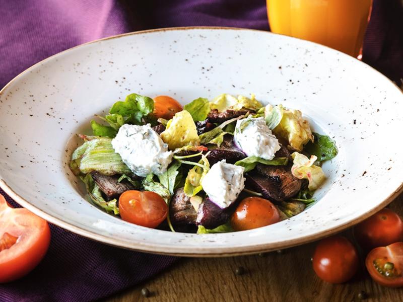 Салат с запеченной свеклой и бараниной