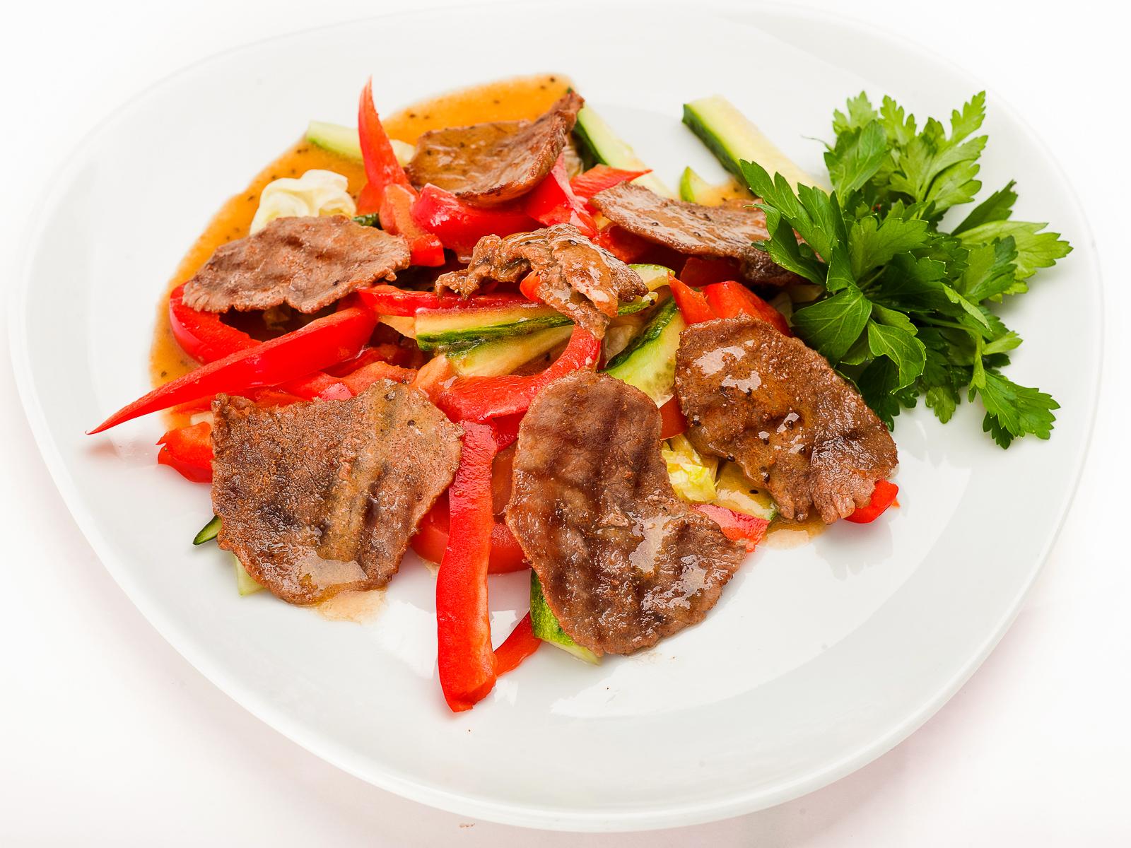 Салат из овощей с телятиной